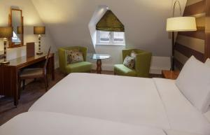 A bed or beds in a room at DoubleTree by Hilton Stratford-upon-Avon, United Kingdom