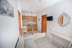 Η κουζίνα ή μικρή κουζίνα στο Irene Komos