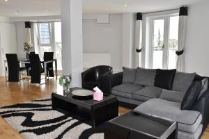 A seating area at Chelsea Bridge Apartments