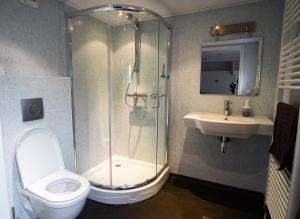 A bathroom at Pension de Wadvaarder