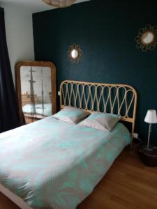 A bed or beds in a room at Maison de vacances cosy
