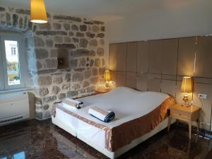 A bed or beds in a room at Apartmani Armonia