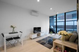 A seating area at 91*Cozy One Bedroom Inner City Apartment