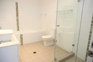A bathroom at Centrepoint Apartments Griffith