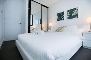 A bed or beds in a room at 26*Bleu Intense@2Bd2Bth lv43*Free tram*MelCentral