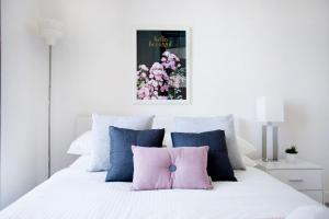 A bed or beds in a room at 25*Empire*1Br1Bth*Pinkytoffee*MelCen CBD*FreeTram*