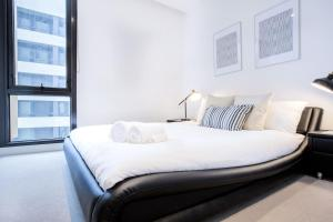 A bed or beds in a room at 33*Cotton Cloud*LVL48@2BR2BTH Apt*Mel Cen*freetram