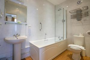 A bathroom at Swan Revived Hotel