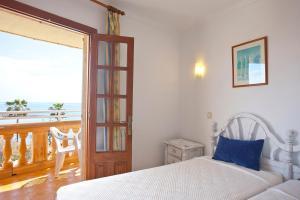 A bed or beds in a room at Apartamentos Sol y Mar
