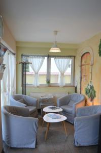 A seating area at Alfréd Panzió