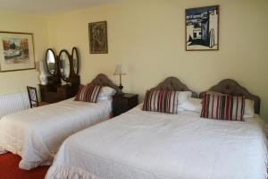 A bed or beds in a room at Muxnaw Lodge