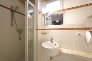 A bathroom at OnlyGarda
