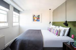A bed or beds in a room at Native Hyde Park