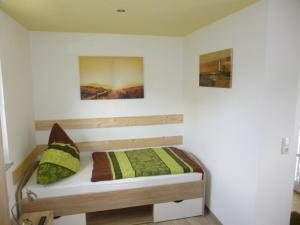A bed or beds in a room at Pension am Peeneufer UG