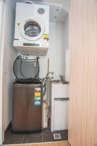 A kitchen or kitchenette at Perfect location*CBD 2Bed2Bath APT*Parking*Wifi