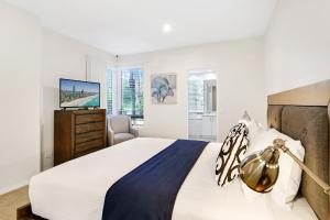 A bed or beds in a room at Palm Breeze