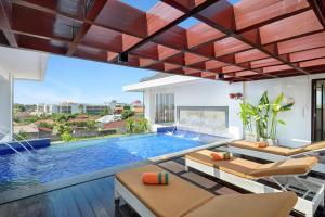 The swimming pool at or close to HARRIS Hotel Seminyak