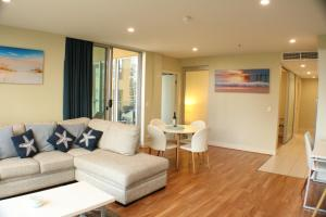 A seating area at Beachside Luxury 2 Bedroom Getaway