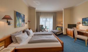 Ein Bett oder Betten in einem Zimmer der Unterkunft Hotel Starnberger See