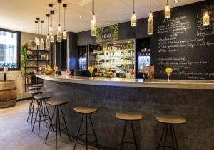 The lounge or bar area at ibis Paris Alesia Montparnasse