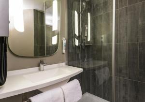 A bathroom at ibis Paris Alesia Montparnasse