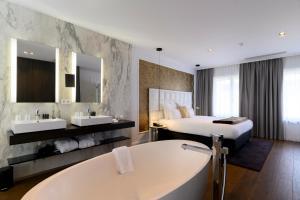 A bathroom at Hotel Rubens-Grote Markt