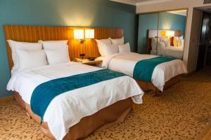 A bed or beds in a room at Ontario Gateway Hotel