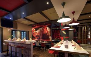 Ein Restaurant oder anderes Speiselokal in der Unterkunft ibis Bremen City