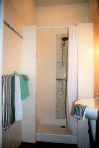 A bathroom at Chez Bea