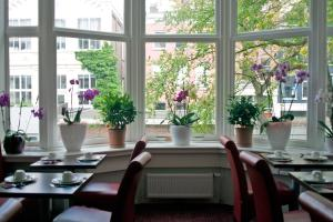 A restaurant or other place to eat at Hotel Allure