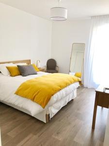Ein Bett oder Betten in einem Zimmer der Unterkunft Domitys Terra Souleou