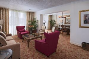A seating area at Sheraton Presidente San Salvador
