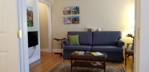 A seating area at Lakeshore B&B
