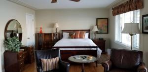 A bed or beds in a room at Lakeshore B&B