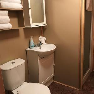 A bathroom at Cloverleaf Cottages