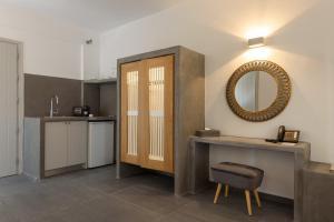 A kitchen or kitchenette at Elitoz Suites