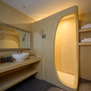 A bathroom at Elitoz Suites