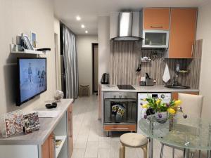 A kitchen or kitchenette at Апартаменты около школьного озера