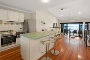 A kitchen or kitchenette at Stunning Panorama Apartments