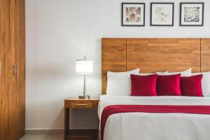 Cama ou camas em um quarto em City Suites & Beach Hotel