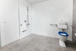 A bathroom at East Maitland Executive Apartments