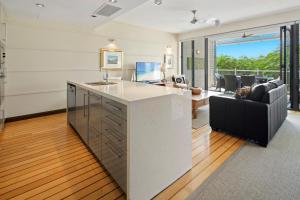 A kitchen or kitchenette at Luxury Marina View Apartment