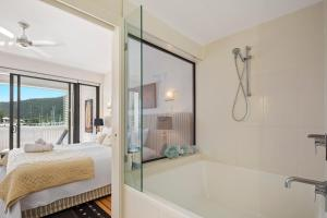 A bathroom at Luxury Marina View Apartment
