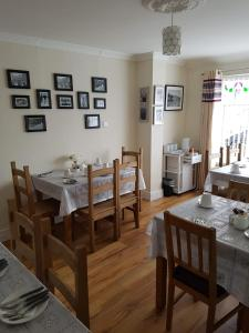 A restaurant or other place to eat at LegenDerry B&B