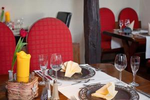 Ein Restaurant oder anderes Speiselokal in der Unterkunft Land-gut-Hotel BurgBlick