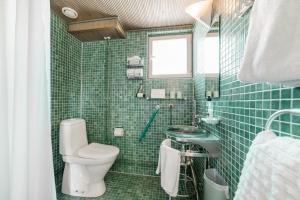 Ett badrum på Lossiranta Lodge