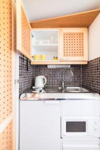 Ett kök eller pentry på Lossiranta Lodge