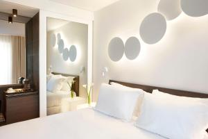 A bed or beds in a room at H10 Port Vell 4* Sup