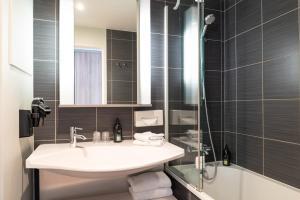 A bathroom at Aparthotel Adagio Paris Opéra