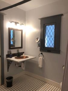 A bathroom at Amber House Inn Of Midtown